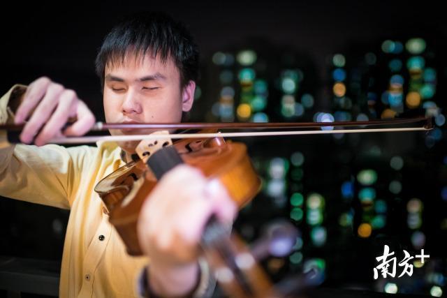 """励志!广州失明男孩凭一把琴考上音乐界""""牛津大学"""""""