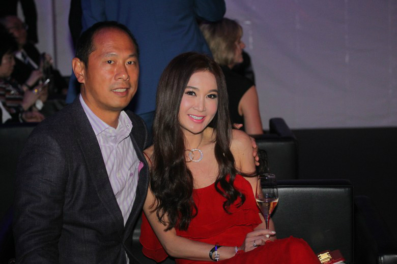 52岁温碧霞穿火红吊带大秀性感 与老公合照显恩爱