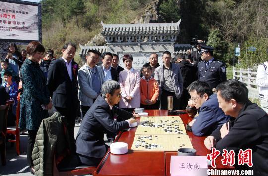 """图为争霸赛前,中国围棋协会前任主席王汝南(八段)与汉中围棋选手举行""""一对多""""表演赛。 张远 摄"""