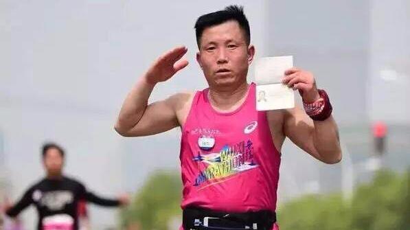 父亲带去世女儿护照跑马拉松:替她完成心愿