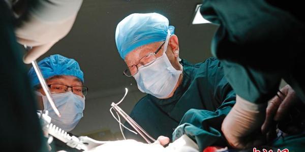 """96岁高龄""""中国肝胆外科之父""""为患者手术"""