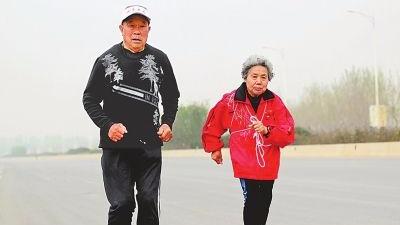 传奇!91岁的他依然奔跑,86岁老伴随他参赛