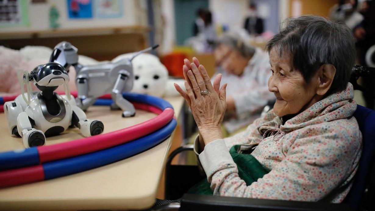 日本老龄化日趋严重 机器人承担护理重任?