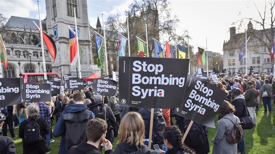 英国伦敦民众举行反战游行