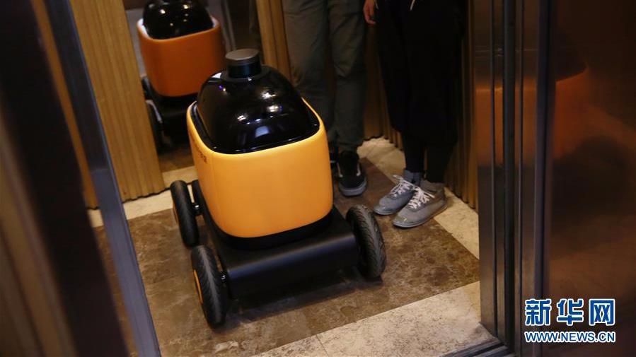 无人快递车亮相南京 可自主坐电梯实现送货上门