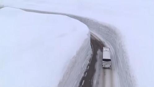 日本雪谷开山迎客 17米高雪墙让游人叹为观止