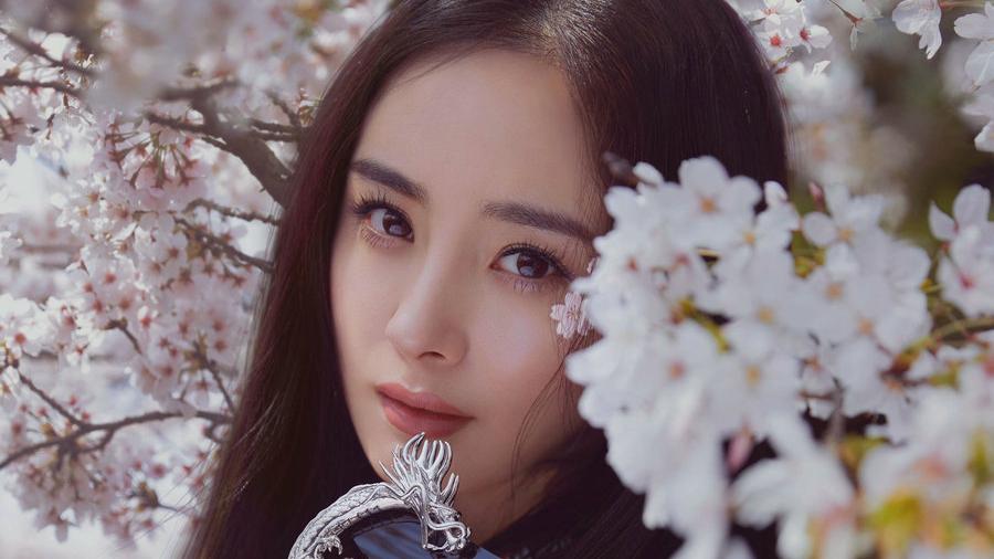 杨幂五月刊封面大片出炉 心动演绎春日浪漫