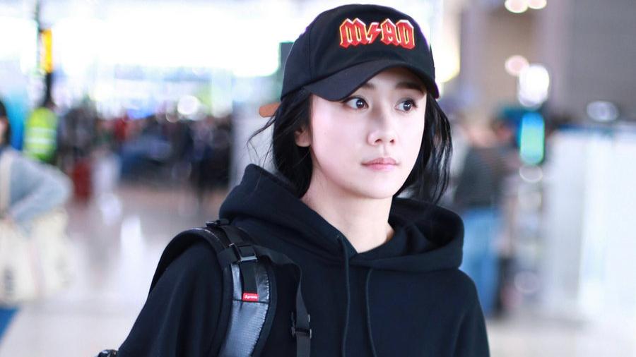刘芸机场玩转街头风演绎酷女孩