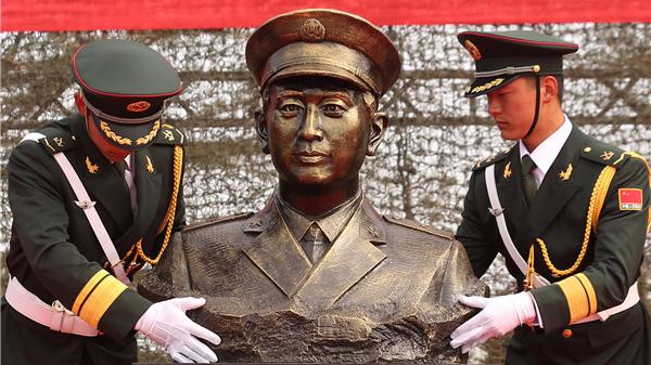 鸣枪!以血性名义迎苏宁雕像入营