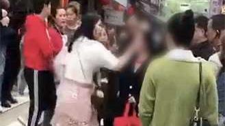 女子当街扇母亲耳光 路人看不下去一脚将其踹倒