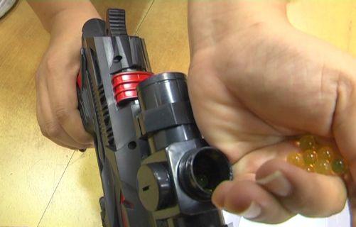 """""""夺命""""玩具枪走红校园 水弹可以打穿A4纸番茄等"""