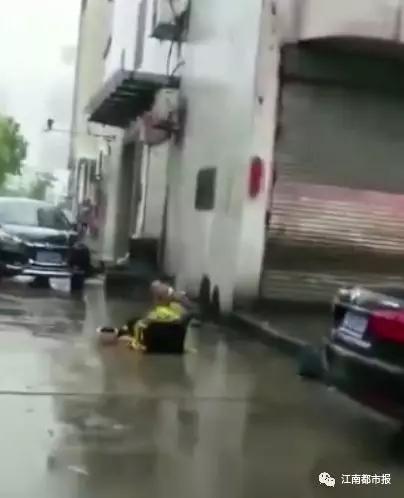 外卖小哥丢了车暴雨中坐地痛哭?背后或藏惊人秘密