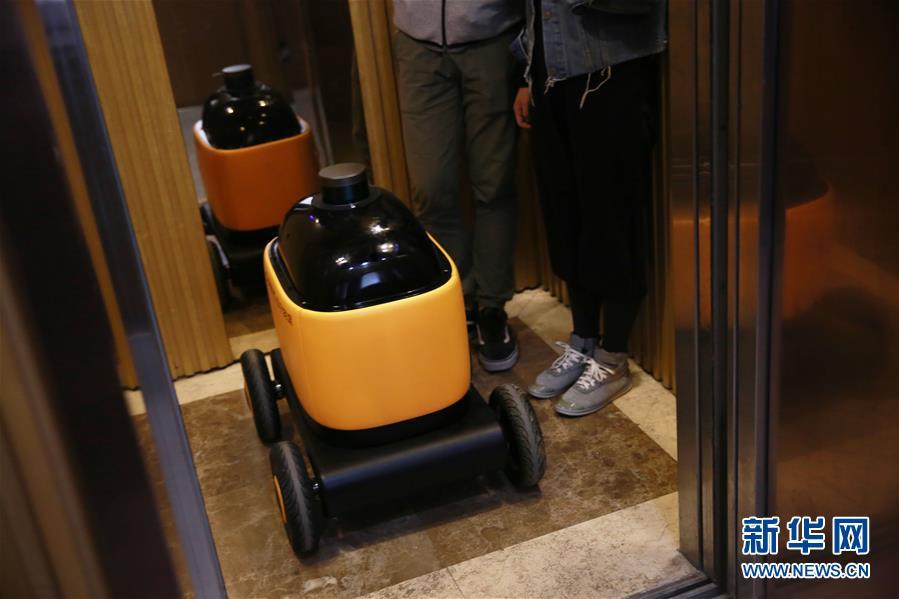 无人快递车亮相南京 可与电梯交互