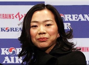 韩航千金姐妹丑闻不断:让空姐下跪 用瓶装水砸脸