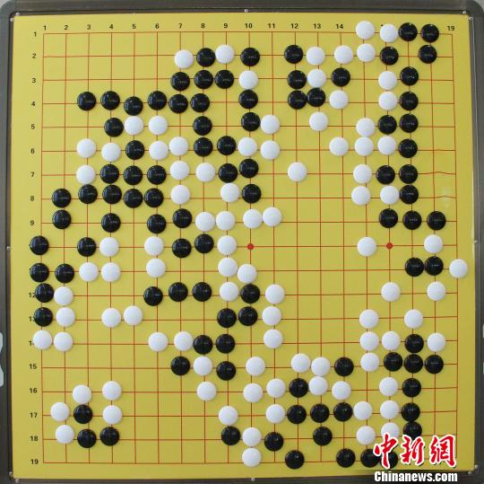图为争霸赛最终棋局,柯洁(白棋)获胜。 张远 摄