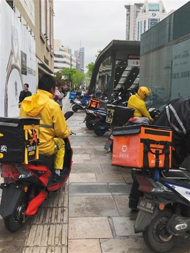 4月12日中午无锡三阳广场前外卖骑手扎堆取餐。