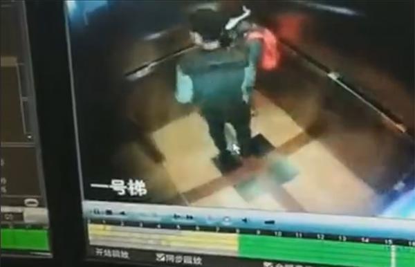 男子在电梯内对小女孩露出下体多次逼近,上海警方已介入调查