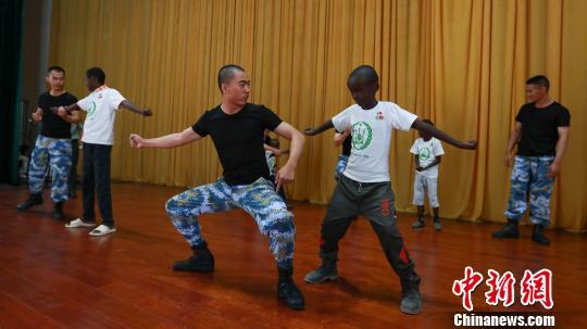 小学生现场学习中华武术。 檀龙龙 摄
