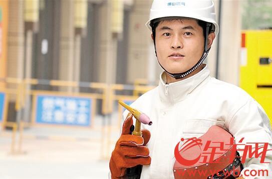 """【中国梦·践行者】力求完美的""""超级焊工"""":专注研究技术 工作辛苦却乐在其中"""