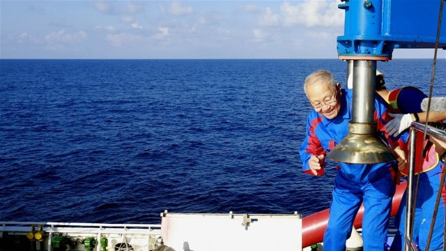 """""""深海勇士""""号迎最高龄乘客 82岁院士潜入南海"""