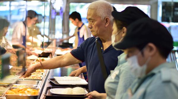 广州推行社区居家养老大配餐,952个长者饭堂覆盖全市城乡社区