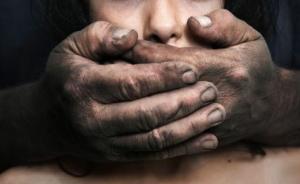 """印度13岁女孩被父亲强奸半年,遭灌输""""父女性关系正常"""""""