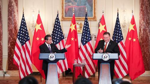 """中国外长回应在南海搞所谓""""军事化"""":部署防卫设施"""