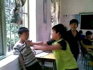 小学儿子被打 家长伙同7人校门口殴打学生和老师