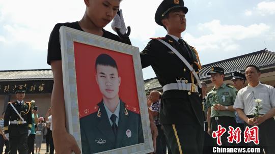 21岁消防战士谢勇骨灰荣归故里战友回忆救火过程