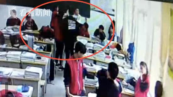 高二男生教室内遭同班女生拳打脚踢 患抑郁症住院