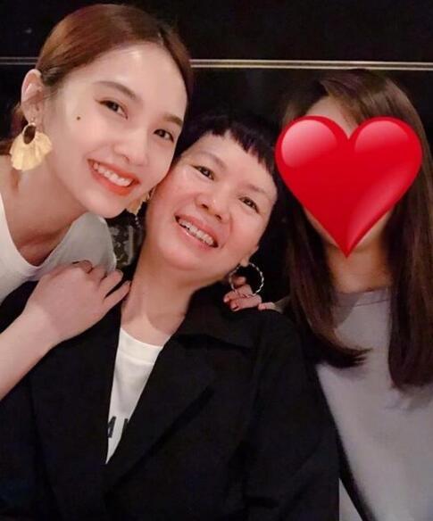 杨丞琳晒和妈妈合影提前庆祝母亲节,笑容灿烂气质佳
