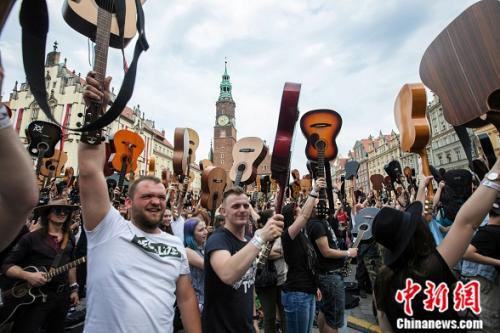 7411名吉他演奏者齐聚波兰华沙,共同演奏歌曲《hey joe》。