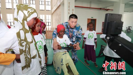 吉布提百余名小学生参观我驻吉布提保障基地