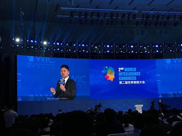"""刘强东辟谣""""10年裁8万人"""",但称人工智能可实现无人公司"""