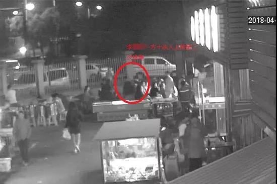 """萧山一夜宵摊有人模仿抖音""""菜换肉"""",结果引发十几个人群殴惊动警察……"""
