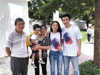 王鹏出狱后,一家人在看守所门口合影。A12-A13版摄影/新京报记者 王煜
