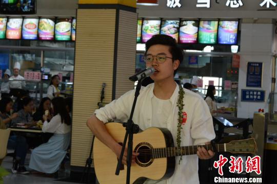 """甘肃高校学生""""快闪""""展示古典诗词传递经典文化之美"""