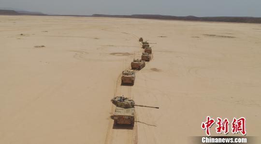 解放军驻吉布提保障基地开展高温条件下实兵实装实弹演练
