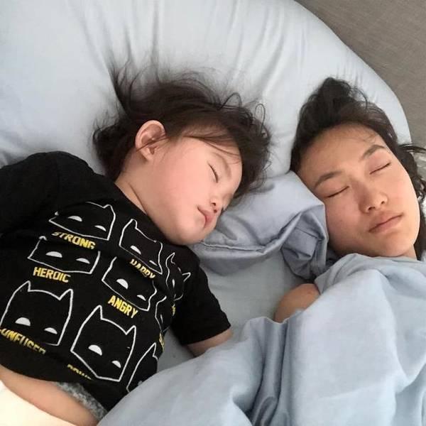 陈冠希晒老婆女儿睡照表爱意