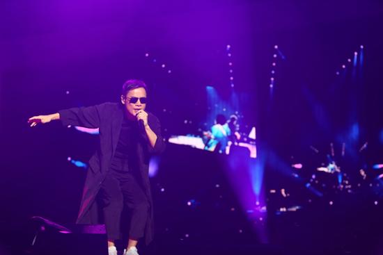 罗大佑上海演唱会重现万人合唱经典画面