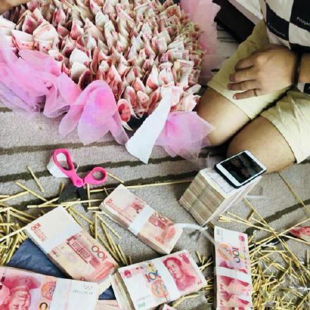 男子33万现金做有钱花为女友庆生 银行:涉嫌违法