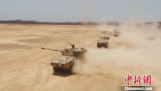 编队向沙漠地行进。 张庆宝 摄