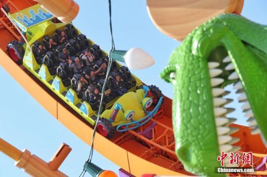 """4月26日,上海迪士尼度假区迎来了乐园的第七个主题园区""""迪士尼·皮克斯玩具总动员""""主题园区全新开幕。据了解,新园区包括三个全新的景点——弹簧狗团团转、抱抱龙冲天赛车和胡迪牛仔嘉年华,一个独特的与迪士尼朋友见面的主题区域——友情驿站,以及提供沉浸式购物和餐饮体验的艾尔玩具店和玩具盒欢宴广场。图为游客在园区内游玩。<a target='_blank' href='http://www.chinanews.com/'>中新社</a>记者 张亨伟 摄"""