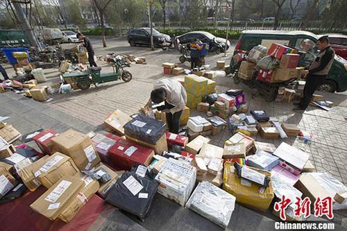 资料图:物流快递工作人员正在分拣快递。<a target='_blank' href='http://www.chinanews.com/'>中新社</a>记者 张云 摄