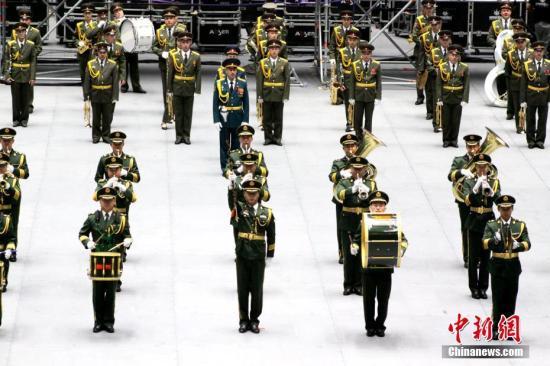 """中国军乐队亮相哈萨克斯坦""""军事号角""""军乐节"""
