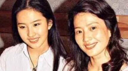 刘亦菲妈妈素颜证件照曝光 皮肤白皙美貌惊人