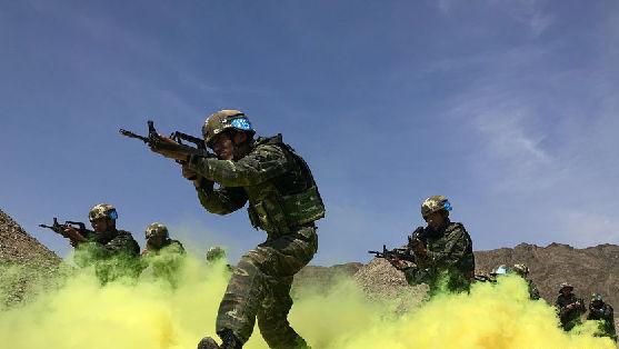 """""""魔鬼周"""":看武警特战队员大漠戈壁挑战生理极限"""