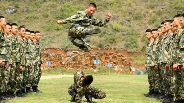 武警部队第五片区侦察兵集训队训练间隙趣味浓