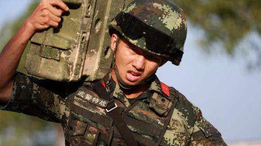 福建武警特战队员千米综合演练挑战体能极限