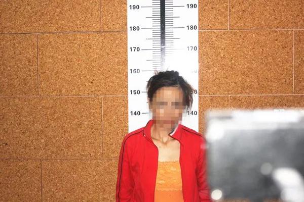 47岁女毒贩被拘:借色情直播聚人气,粉丝快递毒品打赏